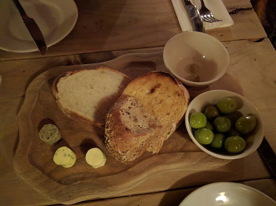 Alstonefield, UK: Nibbles before our starters. Homemade break, butter and olives