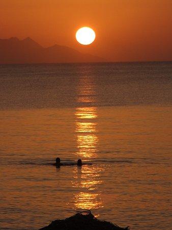 Kamari Beach Hotel: Faces the sunrise.