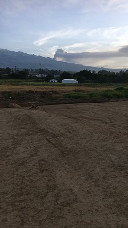 Province of Cartago, كوستاريكا: Six in the morning and the volcano lights up...