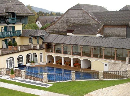 Anif, Austria: Beheizter Pool im Außenbereich