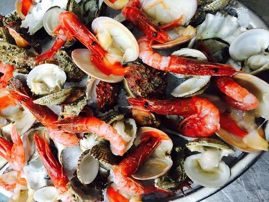 Lustenau, Österreich: ITALIA  A  TAVOLA frische Meeresfrüchte aus Apulien eingeführt Roh zu genießen