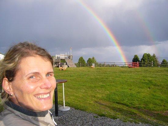 Villandro, Italien: Regenbogen übern Rinderplatz