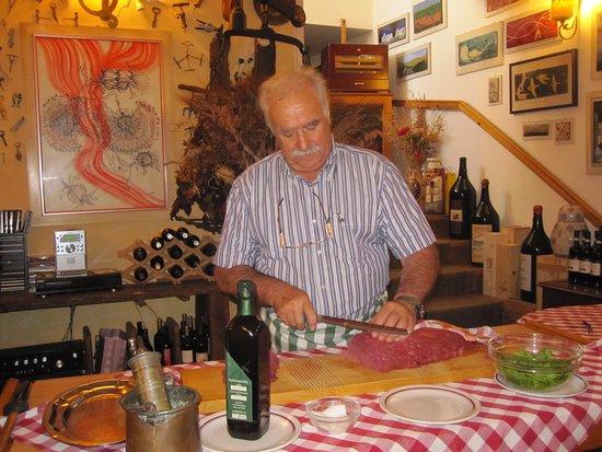 Grazzano Badoglio, İtalya: Francesco il titolare affetta la carne cruda !!! uomo meraviglioso