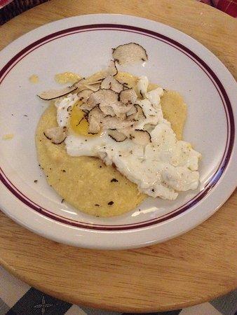 Grazzano Badoglio, İtalya: Uova con tartufi su letto di polenta