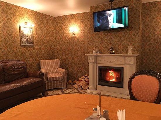 Kodinsk, Russie : Эта гостиная, тут всегда можно посмотреть на огонь, телевизор и выпить вкуснейшего чая с чабрецо