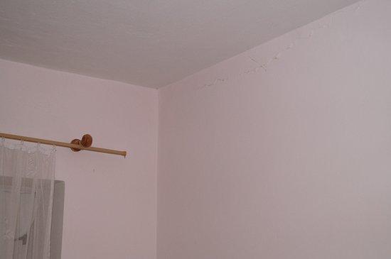 Hotel Gejzir: popraskané steny