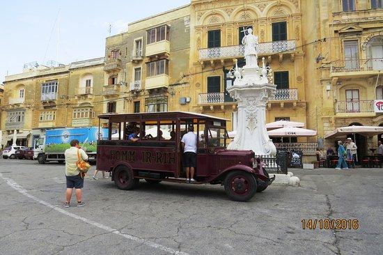 Birgu (Vittoriosa), Malta: Autobus d'époque