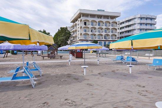Ambasciatori Hotel : Siamo a 13 metri esatti dal mare