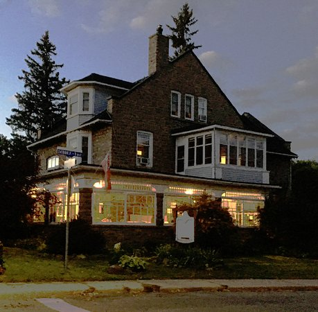 Prescott, Canada: Colonel's Inn at dusk
