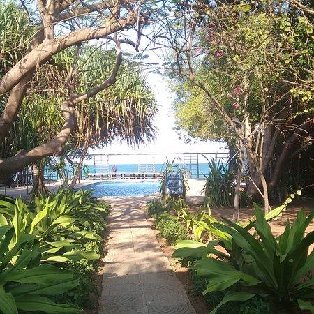 Mediterraneo Hotel & Restaurant: The pool looks over the ocean