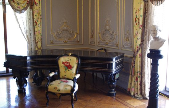Chateau-sur-Mer: Splendor in this room
