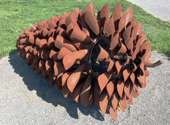 Bloomfield, Canadá: Metal pine cone by Floyd Elzinga