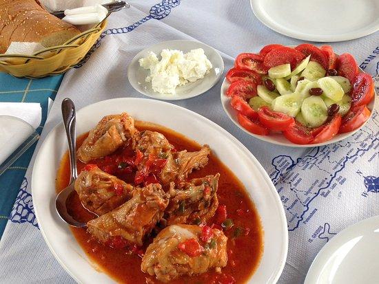 Livadia, Grecia: Gestoofde kip, salade en de eigen zachte schapenkaas.