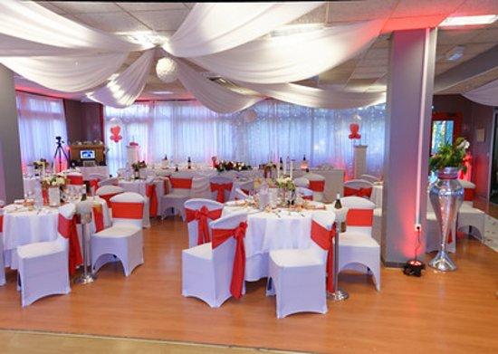 """Salle décorée pour un mariage au th¨me """"mauve et blanc"""" de"""