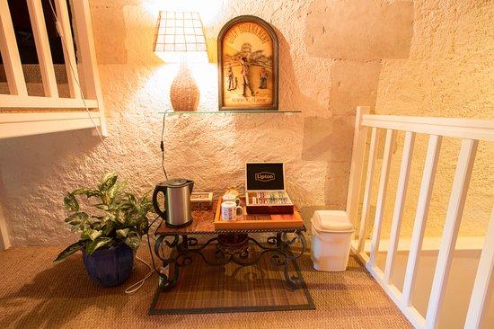 Semblancay, France: salon accessible à tous, jeux, livres à votre disposition ; thé, café, infusion