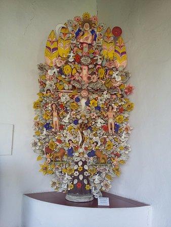 Museo Dolores Olmedo: Arbol de la vida decorando un pasillo del museo.