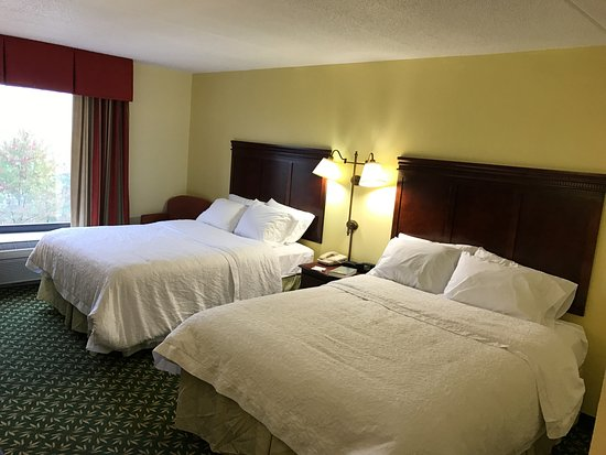 Mill Hall, PA: Comfy beds with great pillows and quality bedding