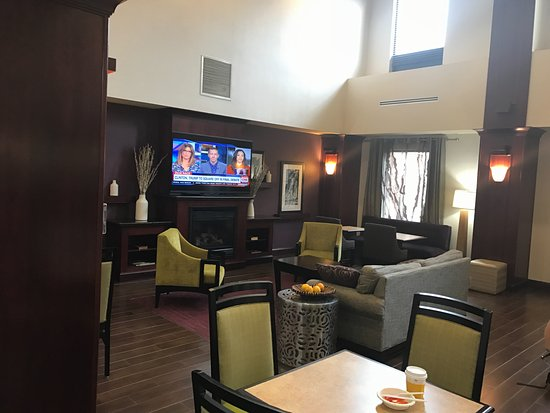 Mill Hall, PA: Spacious lobby/sitting area