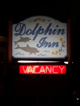 Dolphin Inn: Almost passed the sign as it was dark out