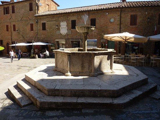 Panicale, İtalya: Fontana in piazza Umberto I