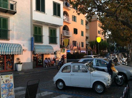 Hotel Cosmomare: Frente al hotel, cosmomare