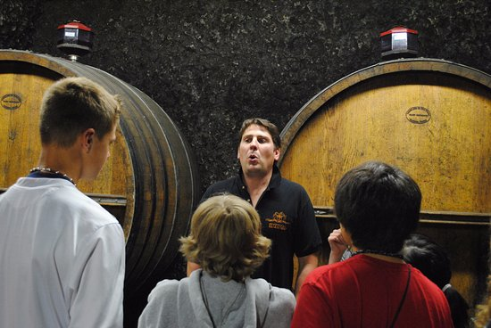 Charge, Prancis: Another son talking about the fermenting process.