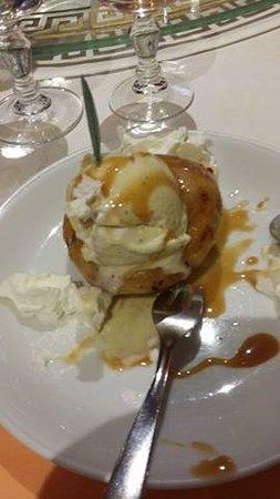 Charenton-le-Pont, Fransa: Beignet aux pommes frit et chaud accompagné d'une glace vanille ou coco