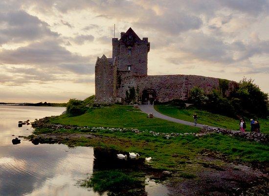 Kinvara, Ιρλανδία: Dunguairie Castle at sunset.