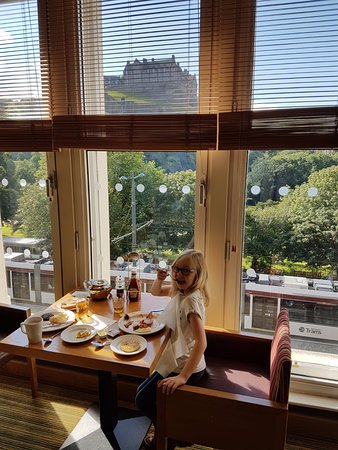 Premier Inn Edinburgh City Centre (Princes Street) Hotel: Breakfast with a great view of castle