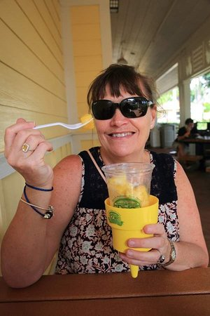 Wahiawa, Χαβάη: Mrs H with some very fresh pineapple