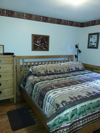 Elizabethton, TN: King Bedroom in Cabin 11
