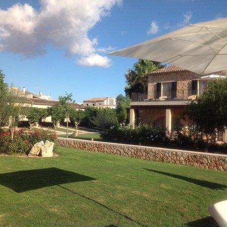 Ses Salines, Spain: Parque y frente de las habitaciones .