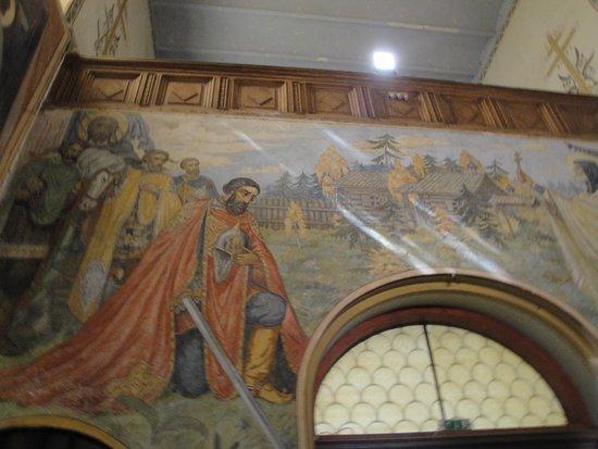 Shipka, บัลแกเรีย: O reflexo da luz natural nas paredes pintadas.