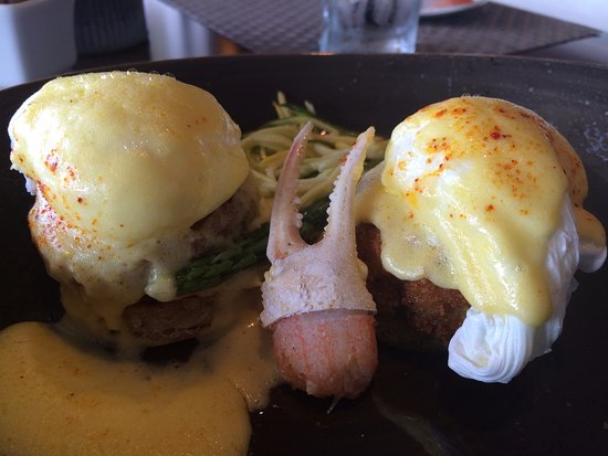 Balboa Bay Resort: Sunday Brunch at Waterline. Crab Benedict.