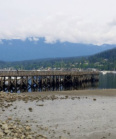 ‪‪Port Moody‬, كندا: Pier looking out to North Shore Mountains‬