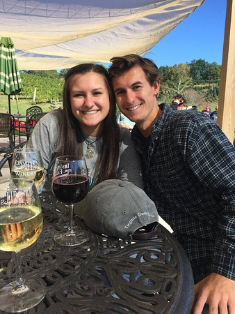 Newland, Carolina del Norte: Hanging at Linville Falls Winery