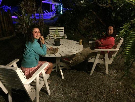 Pousada Vila Pitanga: Mesa en Jardín con piscina al fondo de noche
