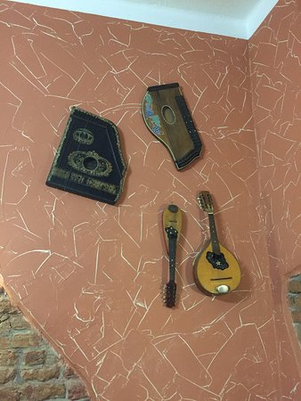 Uherske Hradiste, República Checa: Musical instruments adorn the walls