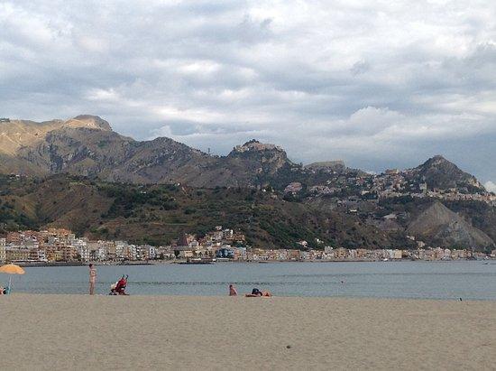 Hotel Sabbie d'Oro: Spiaggia di fronte all'albergo con vista di Taormina e del lungomare