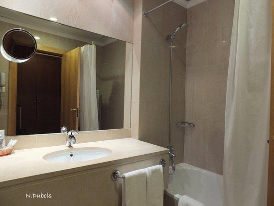 La salle de bain picture of cinquentenario hotel fatima tripadvisor for Salle de bain hotel