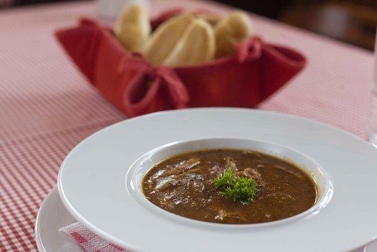 Snezne, Czech Republic: Domácí dršťková polévka s čerstvým pečivem.