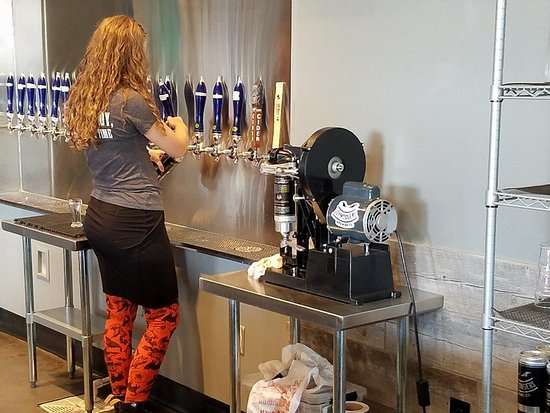Greensboro, Carolina del Norte: Making a Crowler at Joymongers