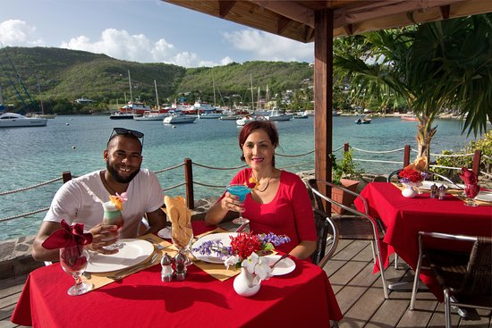 Belmont, Bequia: Alfresco Dining at the Frangipani Restaurant with fabulous cocktails