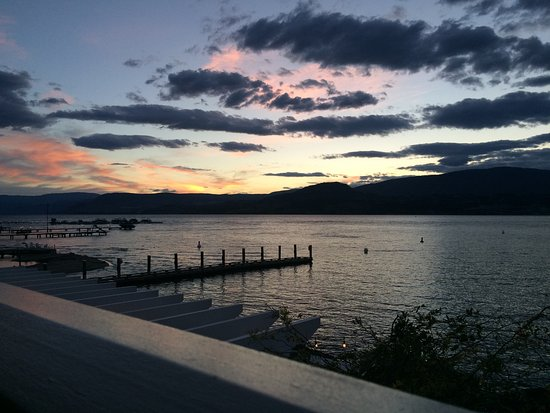 Hotel Eldorado: The sunset on Lake Okanagan from my lakeview room!
