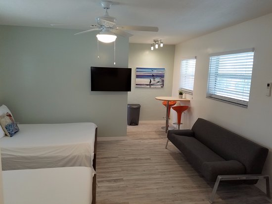 St Pete Beach Suites: RENOVATED ROOM 108