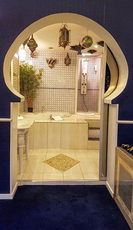La porte coulissant ouvre la vue sur une salle de bain de rªve avec