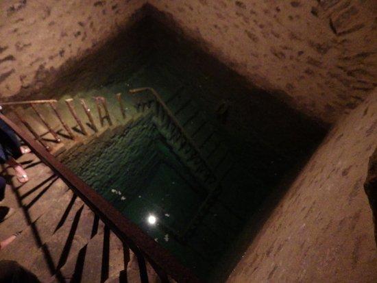 Carpentras, Frankrike: le Mikvé (bain rituel) creusé dans le roc est d'une profondeur de 10 mètres