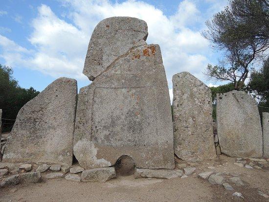 Li Lolghi : Outside of the tomb
