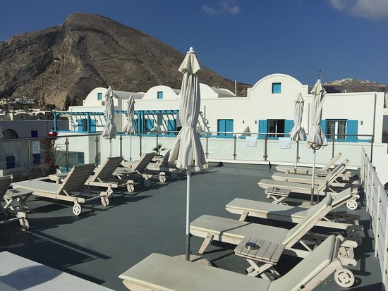 Santellini Boutique Hotel: Rooftop sunning are just above the pool.