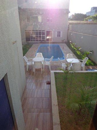 Royal Iguassu Hotel: Area da piscina e salão ao fundo Restaurante.